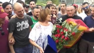 Gli ultras della Roma con Marisa Di Bartolomei, che canta i cori per Agostino