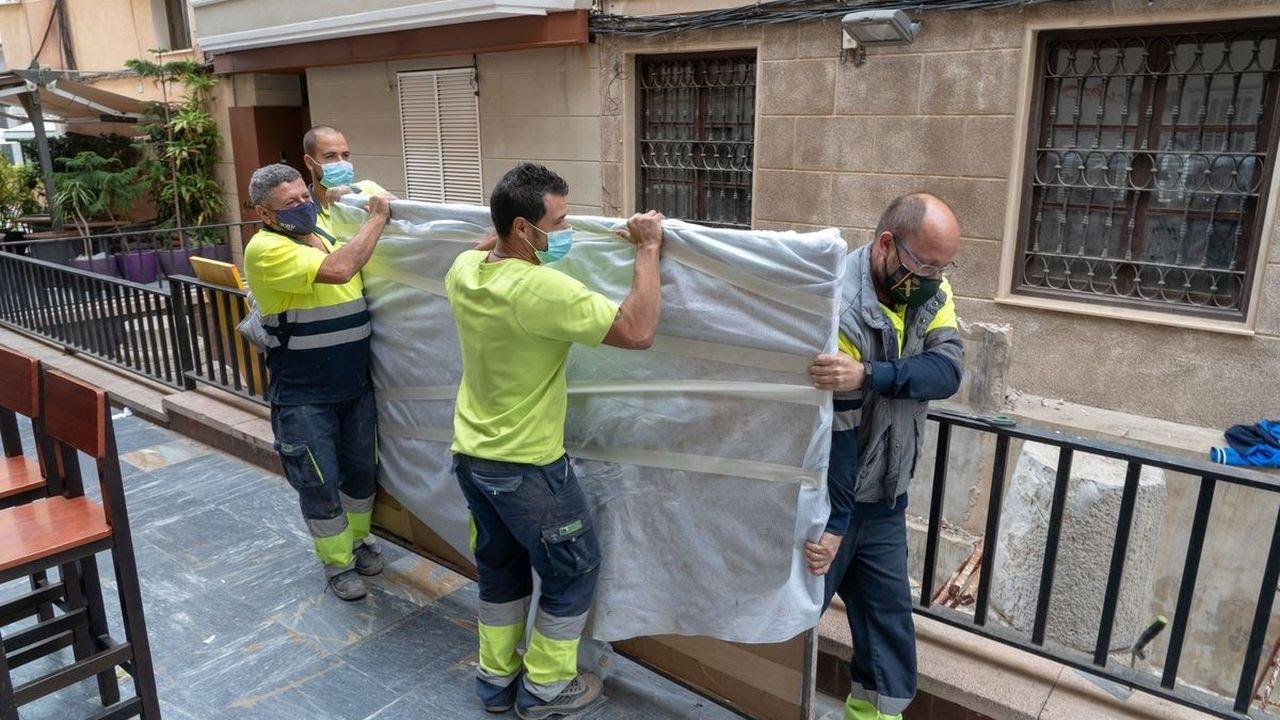 Traslado el mural del 'Puerto Romano' de Ramón Alonso Luzzy para su restauración
