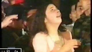 kazem_Elsaher فتاة جميلة تبوس كاظم الساهر على المسرح