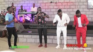 Aba B2C bakyekoze ewa Pastor Wilson Bugembe mu Church nga basabiira eggwanga