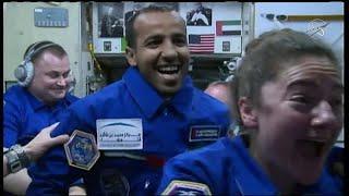 شاهد: لحظة وصول رائد الفضاء الإماراتي هزاع المنصوري إلى محطة الفضاء الدولية …