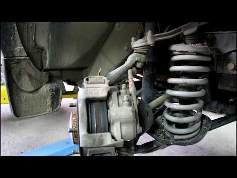 Замена передних тормозных колодок  Chevrolet Niva 4х4 Шевроле Нива 2016 года