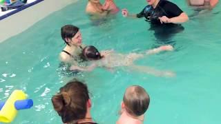 Дети плывут сами в два года-Обучение плаванию в бассейне в Минске для детей (Курсы,Секция,занятия)