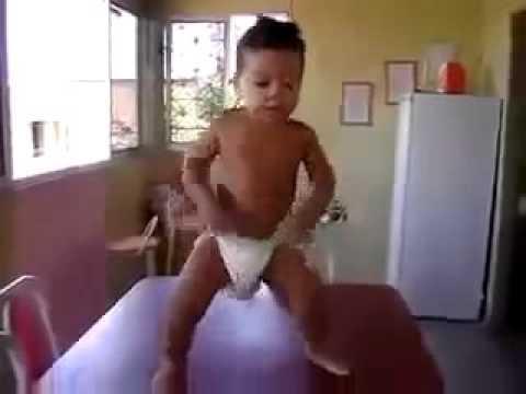 Малыш смешно танцует - Смешное видео про детей 2015
