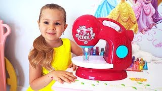 ダイアナ、おもちゃのミシンで遊ぶ