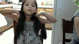 Little six year old girl singing quero un mundo de caramelo