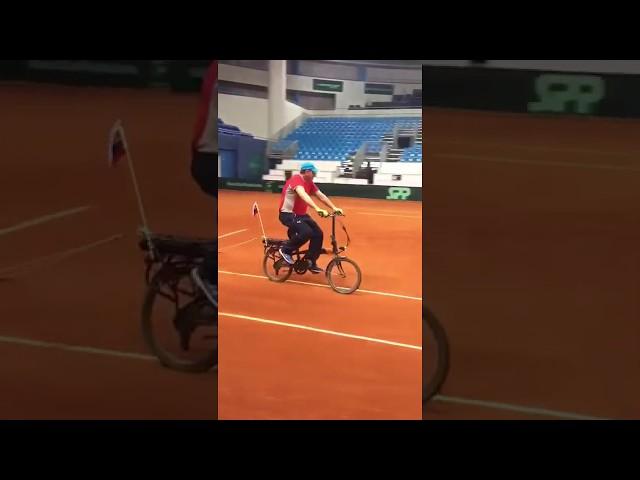 Slowakije bedenkt originele manier om tennisterrein te vegen