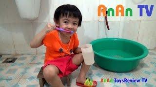 Em tập chải răng - Bé tập đánh răng ❤ Anan ToysReview TV ❤