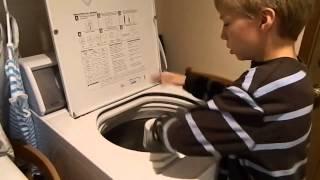 10 летний мальчик играет на барабане от стиральной машины. Потрясающе.