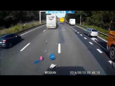 accident de voiture spectaculaire avec des camions youtube. Black Bedroom Furniture Sets. Home Design Ideas