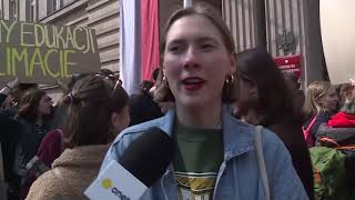 """Demonstracja uczniów pod MEN. """"Pokazujemy, że nie jesteśmy źli na nauczycieli""""   OnetNews"""