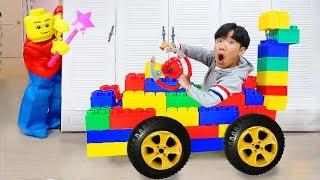 boram avec des amisde lego sport et le jeu avec des blocs de jouets colorés