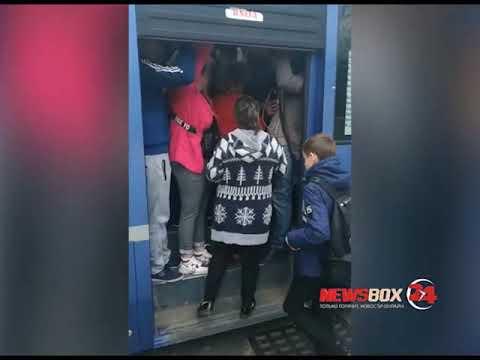 Жители Владивостока штурмуют городские автобусы по утрам