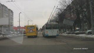 На Восстания 060-я маршрутка выехала на встречку, объезжая троллейбус