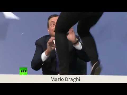 Une jeune femme a chahuté Mario Draghi lors d'une conférence de presse en direct