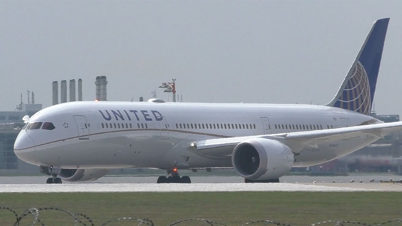 United Airlines Boeing 787 takeoff at Munich Airport | N24973
