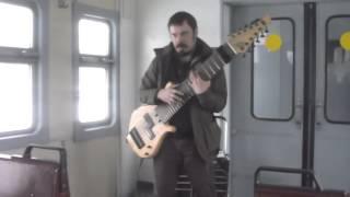 Уличный музыкант круто играет на 12-струнной гитаре.