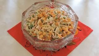 Салат с капустой, сухариками и ветчиной