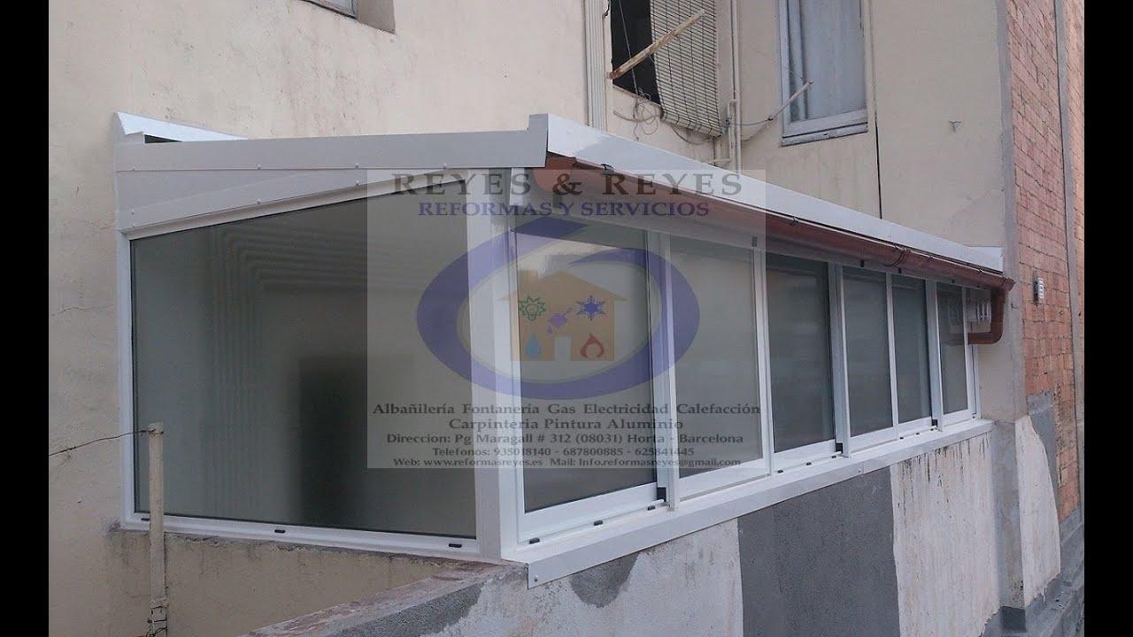 Cerramiento con ventanas de aluminio y techo con panel