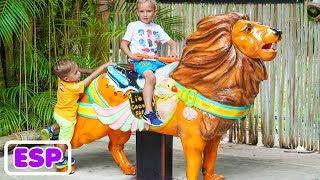 Vlad y Nikita Niñas divertido tiempo de juego en parque Safari