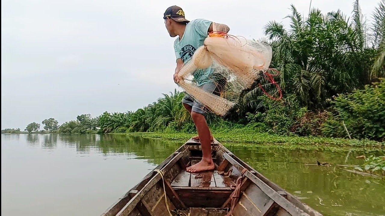 Download jala ikan di sungai pakai perahu bersama IBU dan Adik saya,,lihat hasilnya...!!!