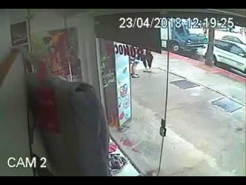 Notícias ao Minuto Brasil Mãe luta com homem que tenta sequestrar seu filho vídeo