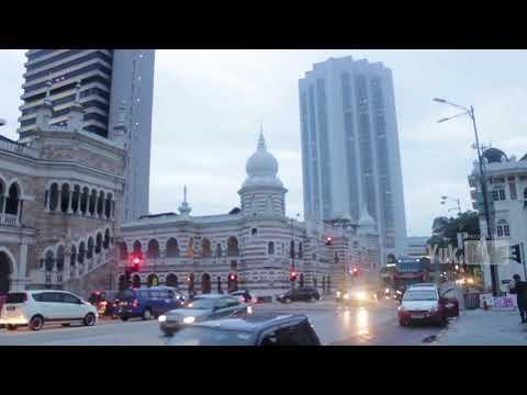 orang-indonesia-jalan-sore-di-dataran-merdekanya-malaysia