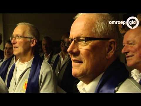Apeldoorns dialectkoor weigert Engels nummer te zingen tijdens In Koor