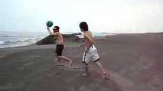 色老爺與巨乳丫嬛在海邊嬉戲.