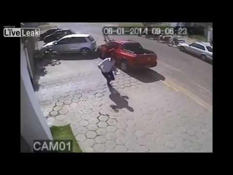 【衝撃映像】バイク男がカツアゲ!車をつっこんで犯人をリンチ