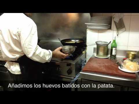 Preparando Pintxo de Totilla de Patatas con Foie en Marisueria Rafa