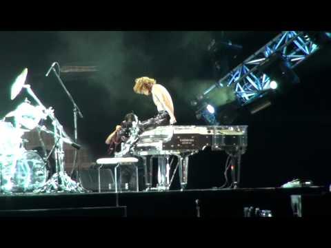 X JAPAN 「Born To Be Free」YOSHIKI「獅子山下」 (04.11.2011 World Tour Live in Hong Kong)