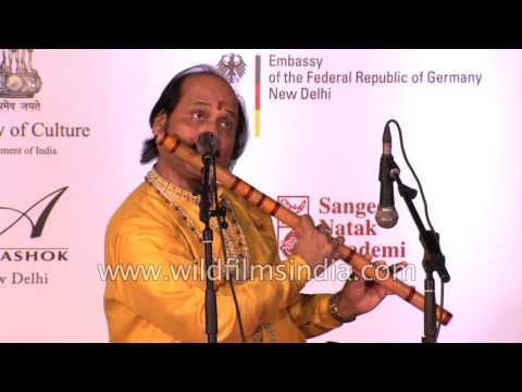 India's 'Bansuri' legend - Pandit Ronu Majumdar plays Raga Puriya