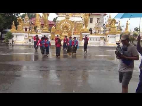 คุณบุ๋ม บุณยานุช  และคณะ ฯบันทึกรายการทีวีช่อง 5  ท่ามกลางสายฝน วัดมหาธาตุ นครพนม 27 กค 2556