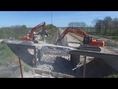 Video fra drone: Vejbro rives ned - DR Nyheder