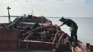Bắt nhiều phương tiện khai thác cát trái phép tại biển Cần Giờ