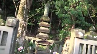 源頼朝の墓 (JR鎌倉駅東口から徒歩20分) 歴史は長し七百年 興亡すべ...