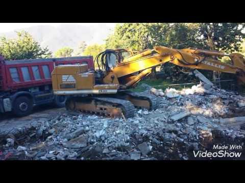 Escavatore cingolato fiat allis fe 20 in manovra per rimuovere un enorme masso