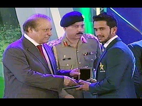 PM Nawaz Sharif Distributing Cash Prizes to Pakistani Cricket Team Champions