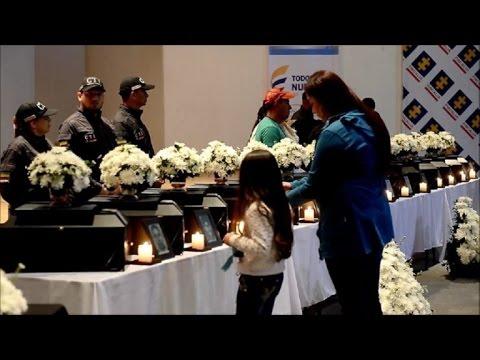 Víctimas de guerra en Colombia reciben restos de seres queridos