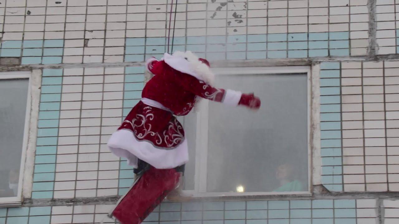 Деды морозы-скалолазы поздравили маленьких пациентов с Новым годом
