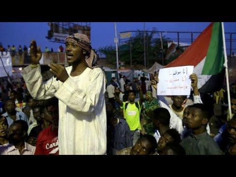 السودانيون ينفذون إضرابا عاما لزيادة الضغط على المجلس العسكري وتسليم السلطة للمدنيين