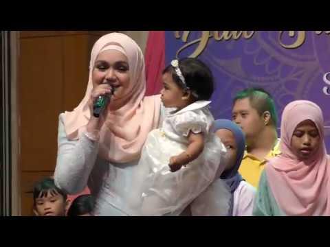 Comel Siti Aafiyah Beri Bunga Untuk Ibunya Masa Nyanyi Lagu COMEL PIPI MERAH