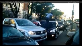9 de Julio - Pelea Callejera salta arriba del capot crv amarok apagon loco