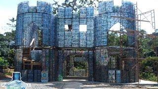 इस गांव के घर ईंट पत्थर से नहीं बल्कि प्लास्टिक बोतलों से बने हैं | Plastic bottle village
