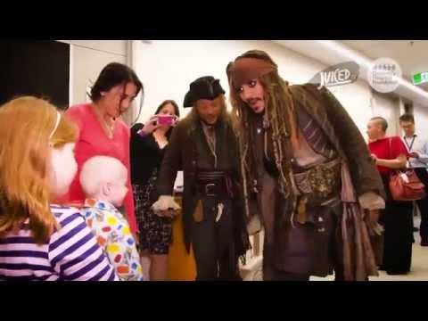 Johnny Depp déguisé en Jack Sparrow rend visite aux enfants malades d un hôpital mp4de YouTube · Durée:  6 minutes 32 secondes
