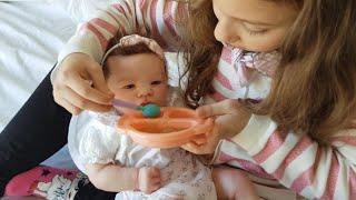 Gabi finge brincar de cuidar do bebe reborn