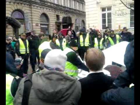 Strażnicy likwidują namiot Solidarnych 11.04 16.25