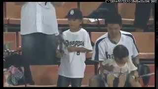 プロ野球選手が子供に渡したボールを大人が力尽くで奪い取る 子どもを投げつける 検索動画 8
