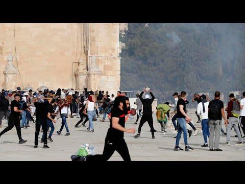 مئات الجرحى في صدامات عنيفة بين الفلسطينيين والشرطة الإسرائيلية داخل باحات المسجد الأقصى  - نشر قبل 21 ساعة
